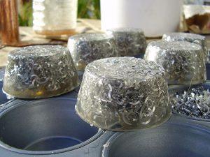 Genomskinliga plastklumpar med metallspån i.