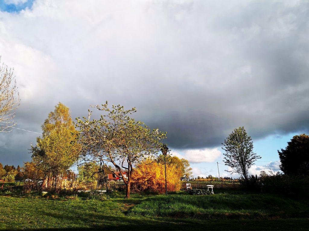 tunga moln och stark sol samtidiigt